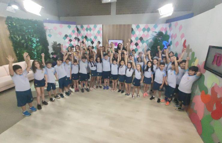 Alunos da Escola Adventista de Maringá cantam na TV no Dia das Crianças (Band)