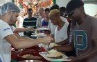 Voluntários promovem ceia natalina para população em situação de rua