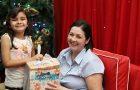 Voluntária exibe presente destinado às crianças atendidas (Foto: Arquivo pessoal)