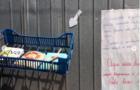 Casal disponibiliza livros cristãos no portão de sua casa