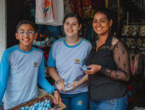 A vendedora Luisa recebeu um recipiente de álcool em gel e um folheto informativo sobre o coronavírus. (Foto: Arthur Henrique)