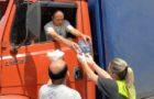 Voluntários ajudam caminhoneiros afetados pela crise, em São Paulo