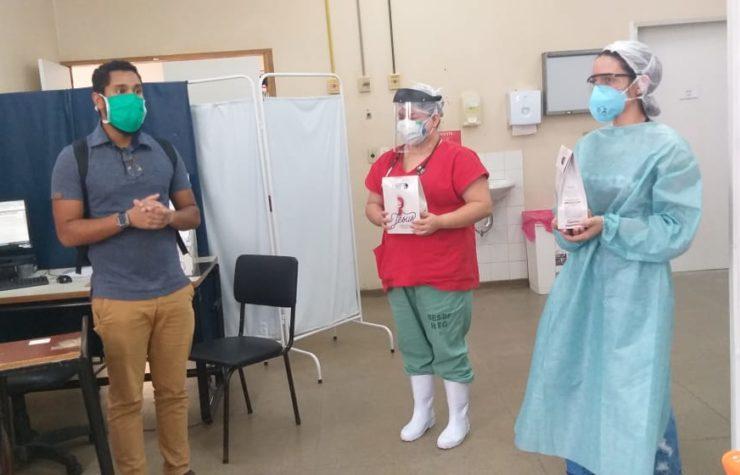 Alunos da Rede Adventista de Educação distribuem kits de Páscoa a profissionais de saúde