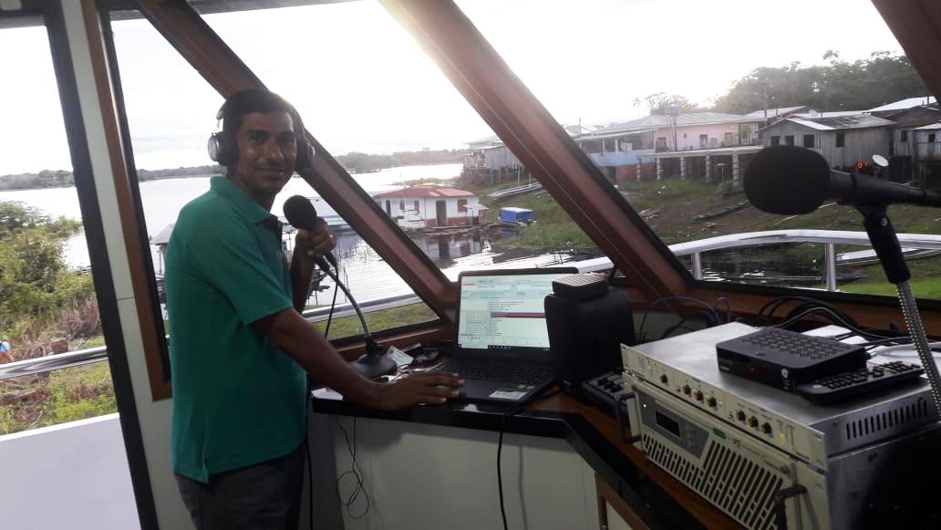 Transmissões da rádio Amazônia de Esperança dentro da Igreja que Navega (Imagem: Arquivos IQN)