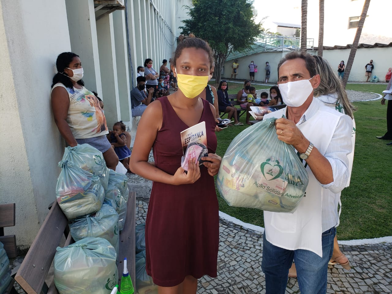 Famílias receberam cestas de forma organizada e com distanciamento adequado na fila. (Foto: Arquivo pessoal)