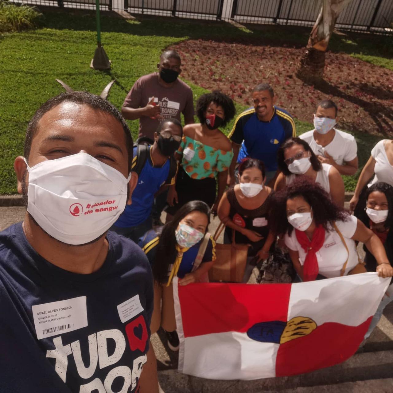 Grupo de jovens com máscaras posam para foto no dia da doação de Sangue, em Petrópolis-RJ.