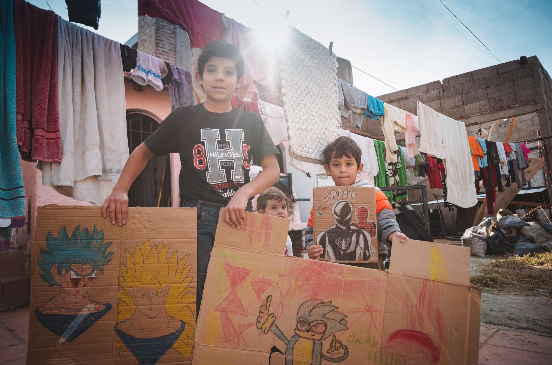 Filhos do casal Molina mostram alguns desenhos feitos na escola (Foto: Sergio Cassiano)
