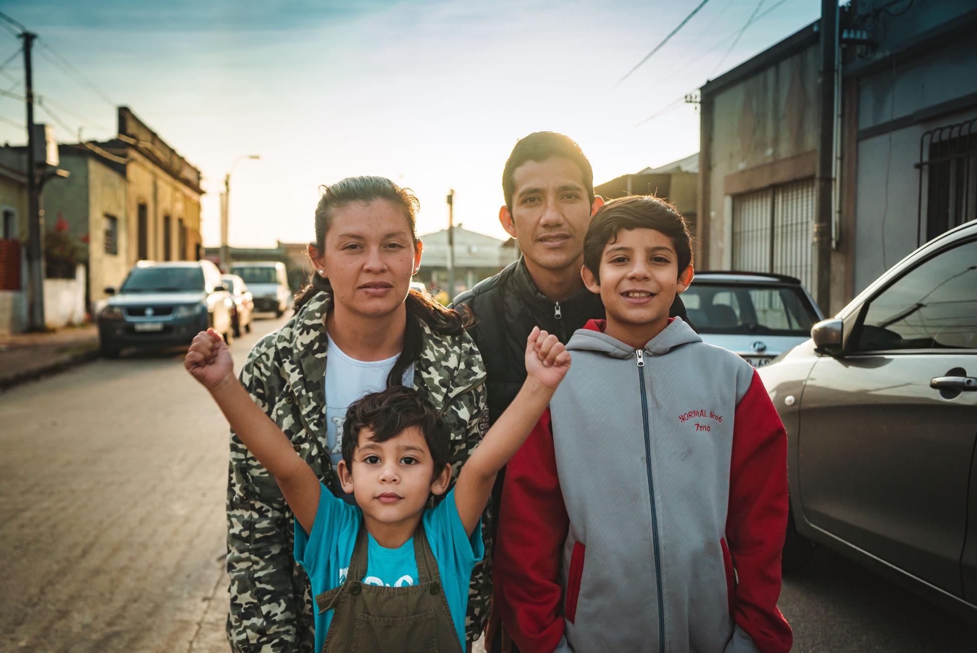 José Fernando Molina e sua família, felizes, em Montevidéu, Uruguai. Na foto, falta a filha caçula, que estava tirando uma soneca. (Foto: Sérgio Cassiano)