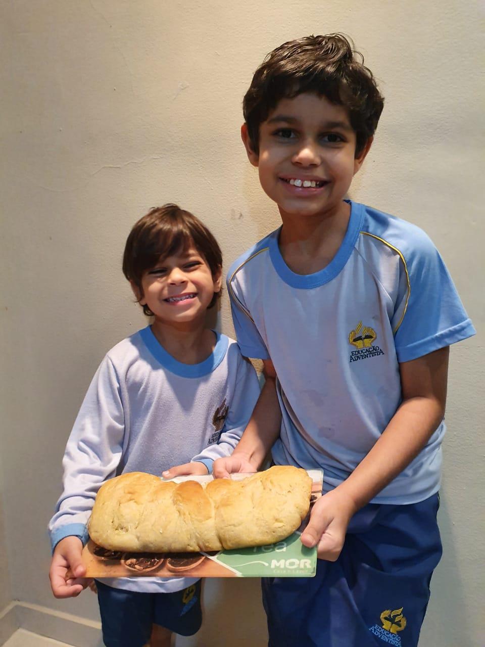 Daniel e Rafael exibem o pão feito por eles durante a live.