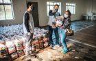 Voluntários doam mais de 200 cestas básicas para pescadores artesanais