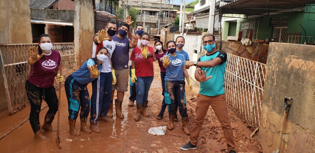 Calebes ajudam moradores de Três Rios, cidade do interior do Rio, na enchente que assolou a cidade no último dia 11.