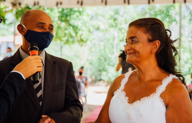 Escola presenteia idosos com cerimônia de casamento