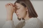 Mulher encontra na oração alívio para o luto