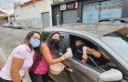 Drive-thru homenageia público feminino em razão do Dia da Mulher