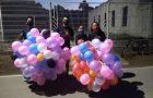 Jovens presenteiam comunidade com balões e mensagens de esperança