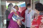 Colégio Adventista leva bonecas para idosas em asilo em comemoração ao Dia das Mães