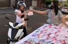 Mulheres realizam serenata, entrega de livros e drive-thru para convidar amigos para evangelismo