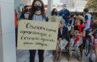 Dia dos avós: estudantes produzem cachecóis para idosos de casa de repouso