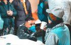 Voluntários doam roupas e acessórios de frio para moradores de rua