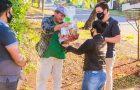 Pai que largou o trabalho para cuidar de filho acamado recebe homenagem de jovens adventistas