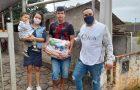 Igreja atende famílias carentes com cestas básicas em Gaspar-SC