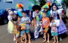 Voluntários distribuem doces e revistas infantis para crianças de bairro de Chapecó