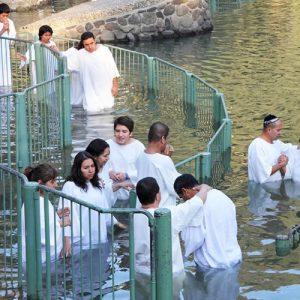 """Se existe """"um só batismo"""" (Efés. 4:5), por que rebatizar pessoas já batizadas por imersão?"""