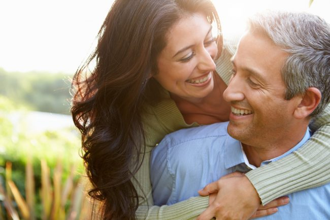 Mulher abraçando homem, mostrando felicidade