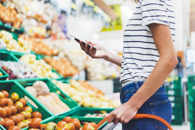 mulher comprando comida saudável no supermercado