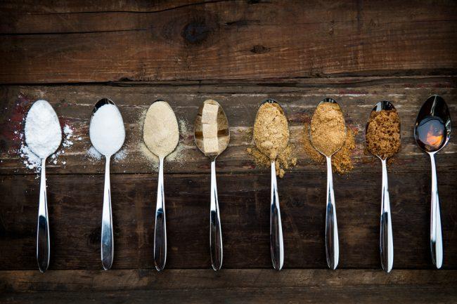 Vários tipos de açúcar em colheres