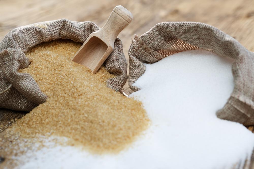 Açúcar demerara e refinado esparramados