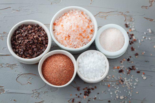tigelas com tipos de sal diferentes