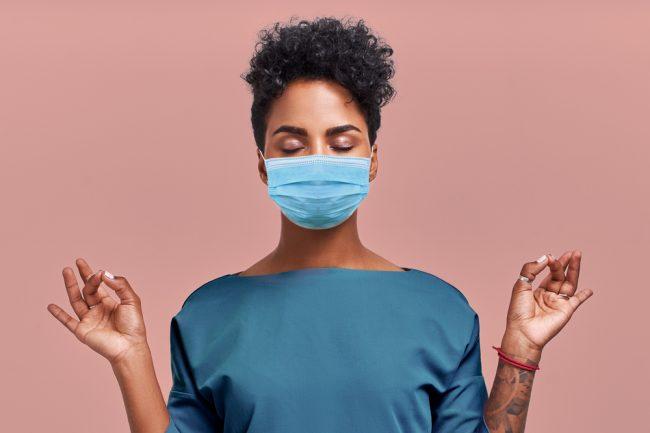 mulher relaxando com máscara no rosto