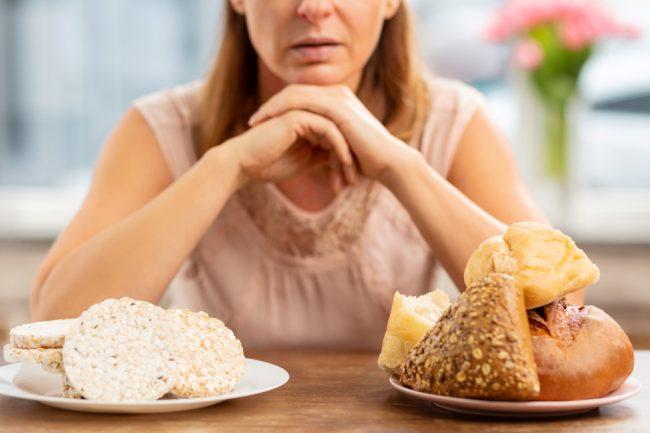 mulher olhando para pães e assados