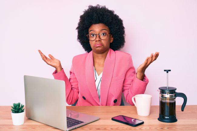 mulher afrodescendente com expressão de dúvida