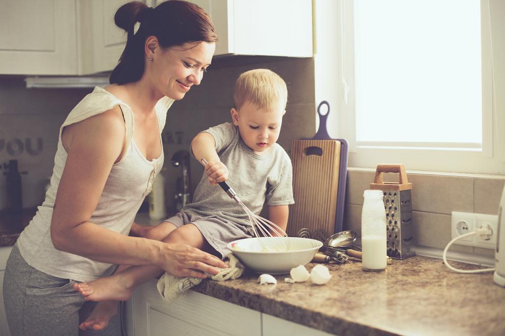 Ter a criança na cozinha é uma estratégia valiosa para ensinar habilidades emocionais e comportamentais, que serão úteis na vida adulta.