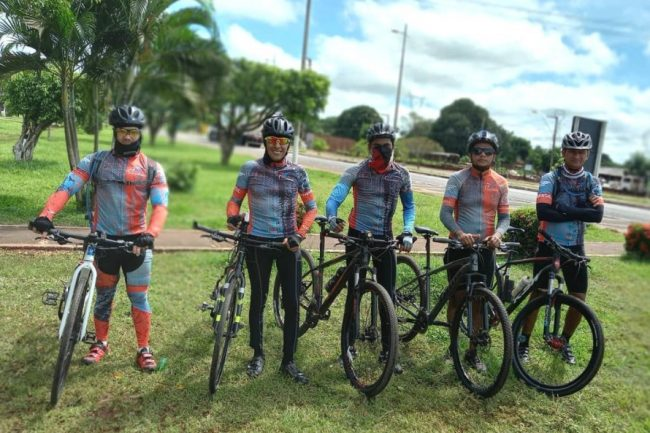grupo de ciclistas reunidos