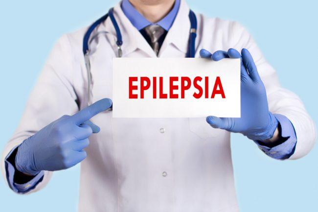 Médico segurando placa com a palavra epilepsia