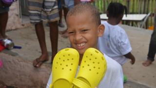 Parceria da ADRA Brasil leva sandálias para crianças de Salvador