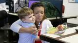 Crianças entregam livro missionário à jornalistas