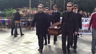 """Colégio Adventista de Santa Maria realiza """"enterro"""" em calçadão"""