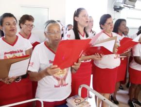 Coral comemora aniversário em hospital