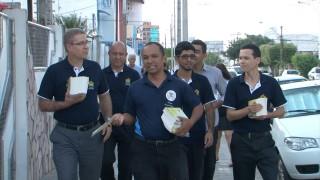Funcionários distribuem livros de esperança