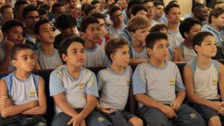 Colégio Adventista de Duque de Caxias distribui solidariedade