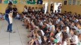 Colégio Adventista doa bíblias para escola pública