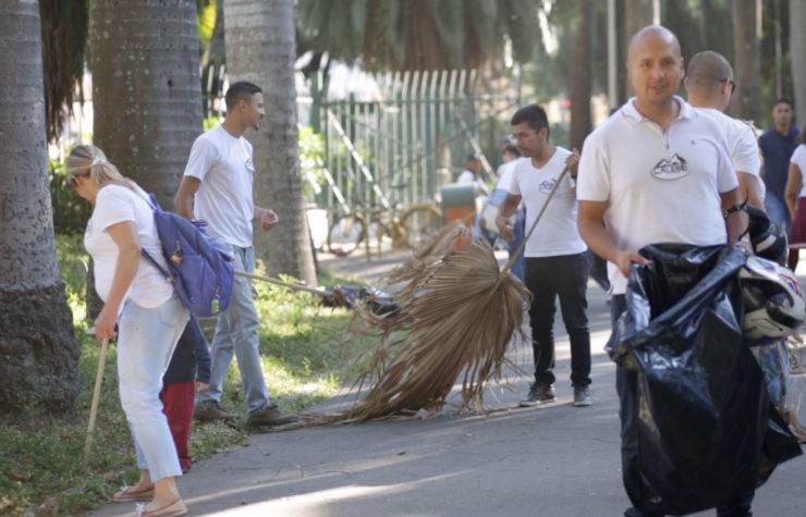 Jovens dedicam parte de suas férias para realizar ações comunitárias