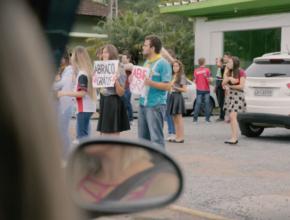 Família é surpreendida por flash mob em semáforo