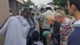 Alunos colocam guarda-roupas solidário em rua de indaial-SC