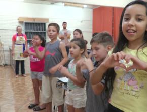 Projeto leva música e histórias da Bíblia a escolas públicas