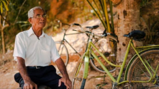 Idoso percorre quilômetros de bicicleta para dar estudos bíblicos